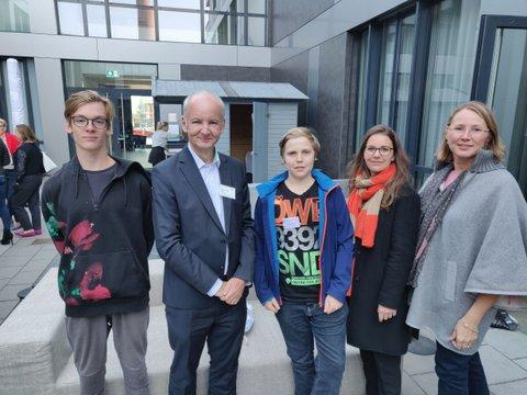 Ein Gruppenbild mir Roland Mair, Jugendlichen und Mitarbeiter:innen